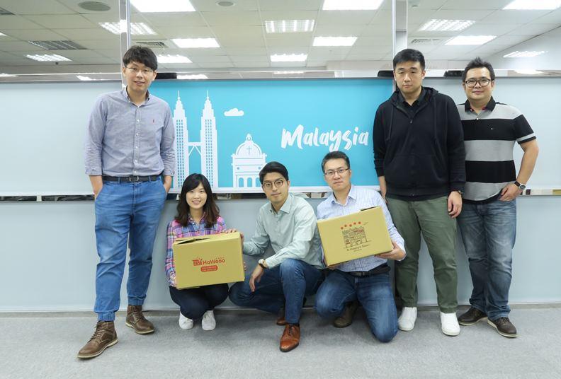 作者江鑑城(左一)及跨境電商 HaWooo 好物飛行團隊成員。