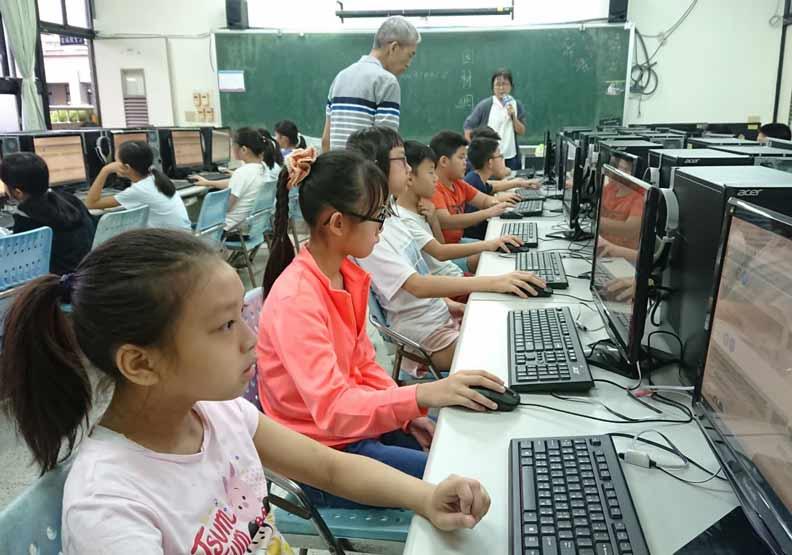 學生在校使用線上教學平台。基隆市教育處提供