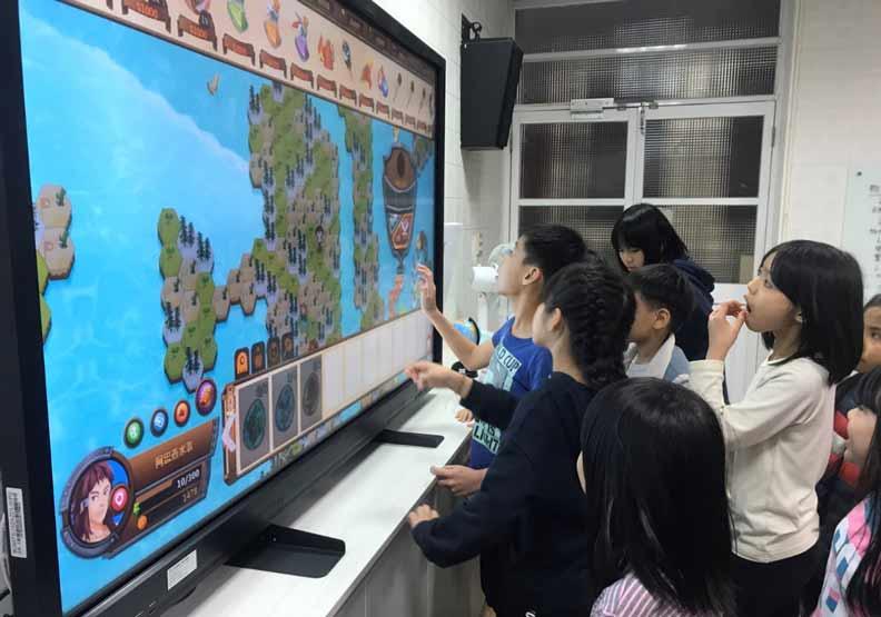 學生在教室使用線上教學平台。基隆市教育處提供