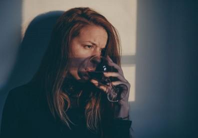 酒精能麻痺自己?喝酒治失眠?心理師從喝酒方式看出隱藏性格