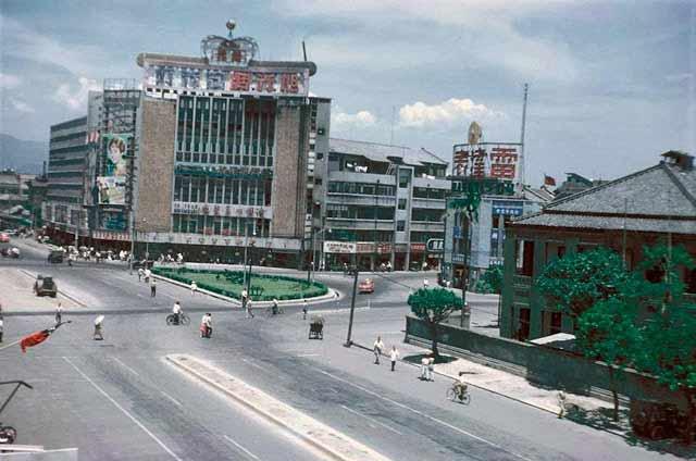 1962年,新生大戲院一帶街景,畫面右側二層樓建築位於寶慶路與中華路口。張哲生提供