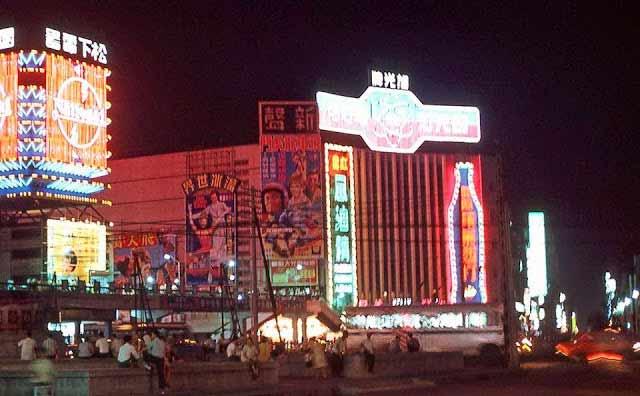 1970年,入夜後霓虹燈耀眼的新聲戲院。張哲生提供