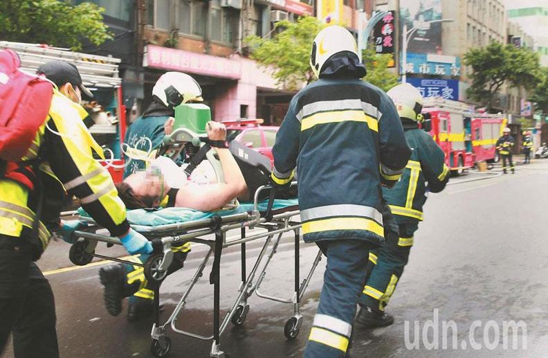 林森錢櫃KTV火警,消防人員救出54人送醫,5人不治;取自聯合新聞網。