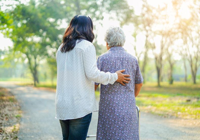 長輩常說身體不舒服,但就醫又沒問題?醫師歸納出 4 個可能原因