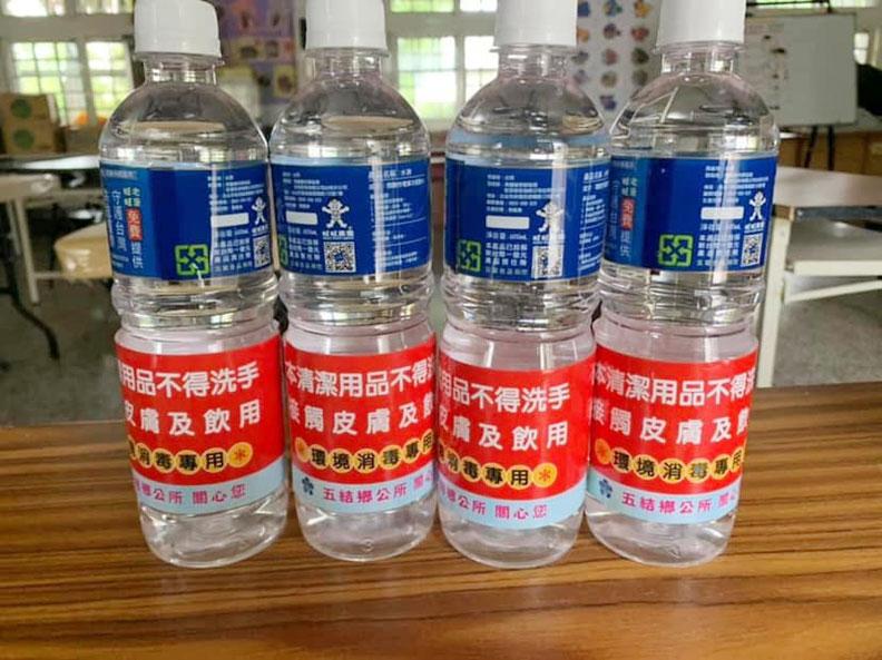 避免民眾誤飲,五結鄉孝威社區發展協會也在瓶身加註警告標示;