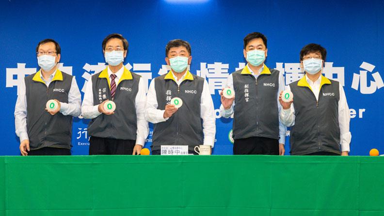 左起為莊人祥、張上淳、陳時中、陳宗彥、周志浩;中央流行疫情指揮中心提供。