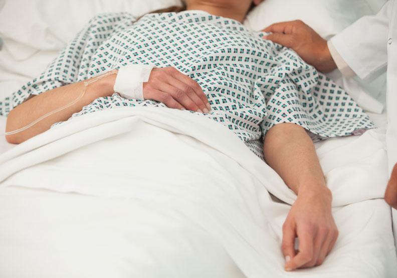 住院時的護理工作理應讓專業人士負責,非家屬。圖片來自Shutterstock。