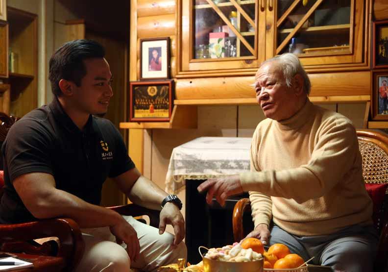 陳彥翰(左)和爺爺陳基傳(右)。