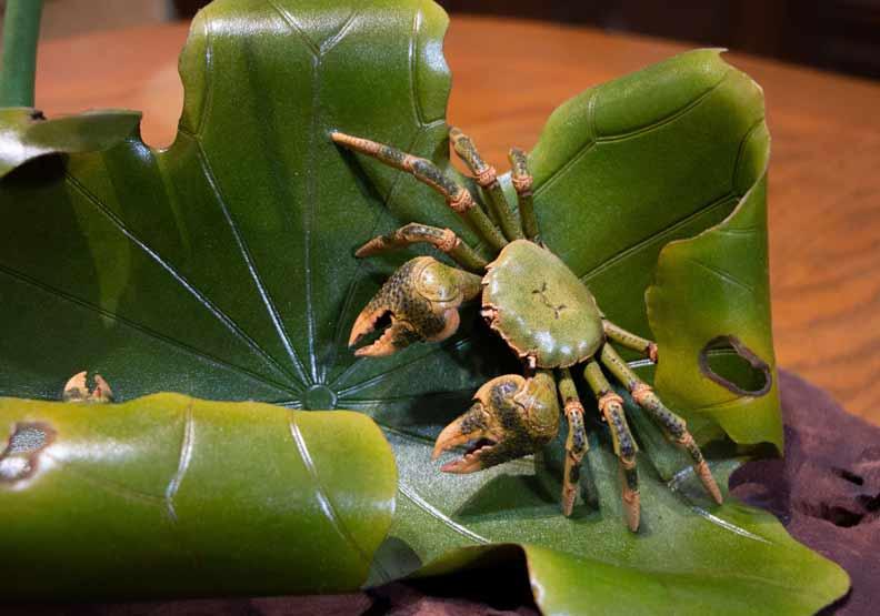 螃蟹與荷葉擺在一起,象徵和諧。