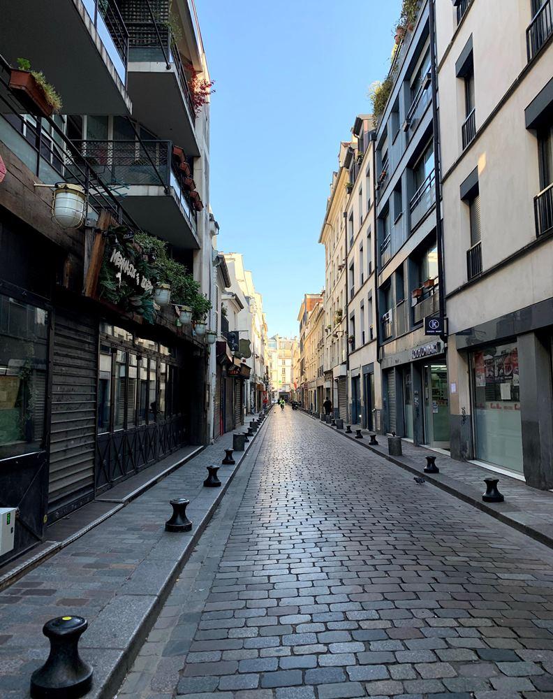 剛禁足的巴黎街道,罕見人煙。(攝影:趙偉婷)