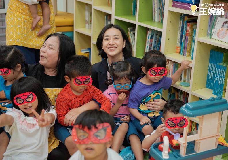 王婉諭在今年兒童節時參加活動,在臉書上的照片說明寫著,「一腿一個孩子,超滿足~」。圖片取自王婉諭臉書