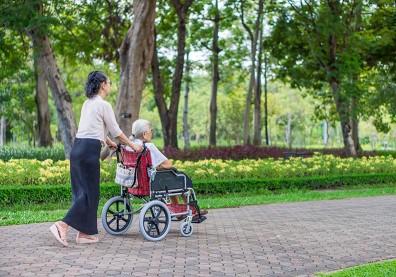 面對年邁父母,兒子不顧情有可原、女兒照顧卻是理所當然?