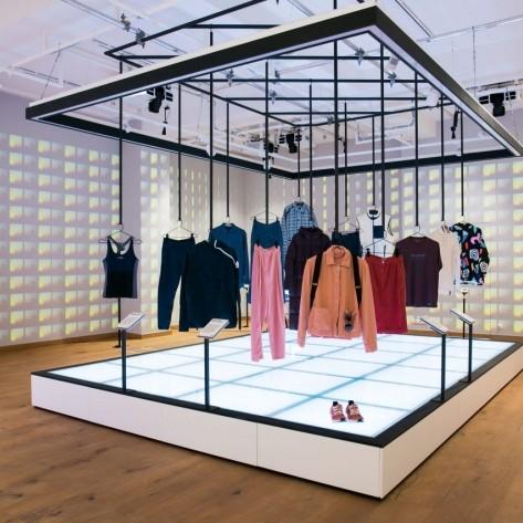 博物館中展出超過 50 種創新的永續時尚發明。Fashion for Good