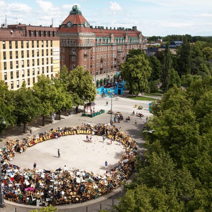 日本藝術家川田忠(Tadashi Kawamata)在Järntorget的《通往天堂之路》向厄勒布魯居民募集了成千上萬的椅子紀念碑。