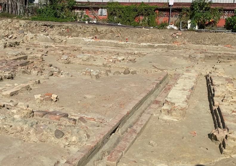 台南市赤崁樓東側考古挖掘出大面積的清代與日治時期民居遺跡。