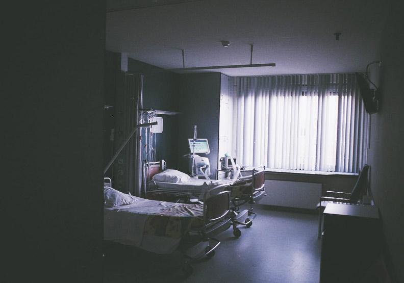 涵涵爸爸因為上夜班太累,在病房裡自責沒把妹妹照顧好,才會發生意外,僅為情境配圖。圖片來自unsplash
