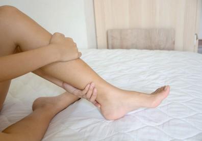 小腿抽筋硬扳回來小心拉傷!夜間抽筋原因多,這個最致命