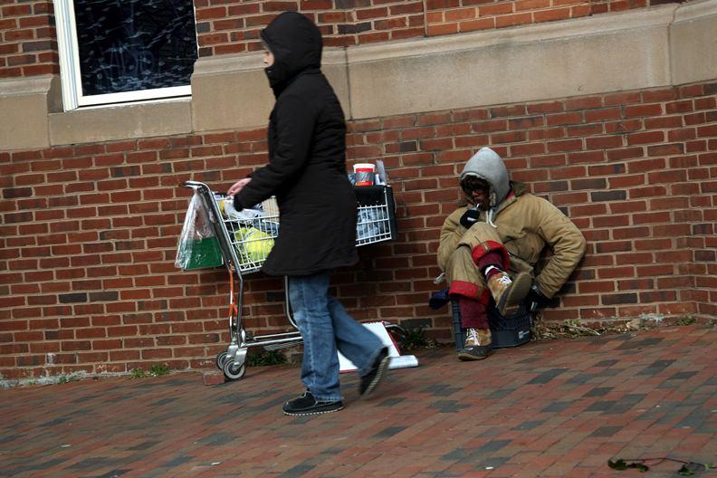 常在公共場所遊蕩的遊民跟街友,是令主管機關頭痛的治安問題。