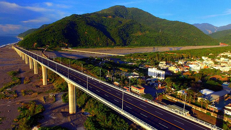 金崙大橋建成後,車潮雖分流,但願意駐足的遊客也變多了。王富生提供