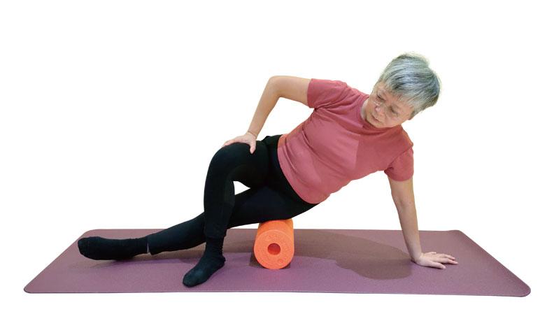 身體側躺將滾筒放在腿部外側,運用身體重量放鬆大腿外側的肌肉與筋膜。