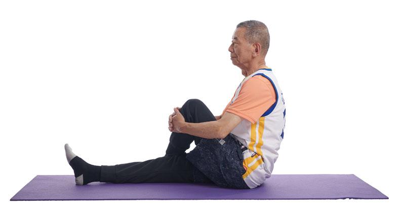 坐姿,將一腿跨到對側,雙手將腿抱往胸口。