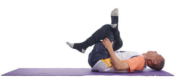躺姿,做一個空中翹二郎腿姿勢,同時用雙手抱住大腿,以增加伸展強度。