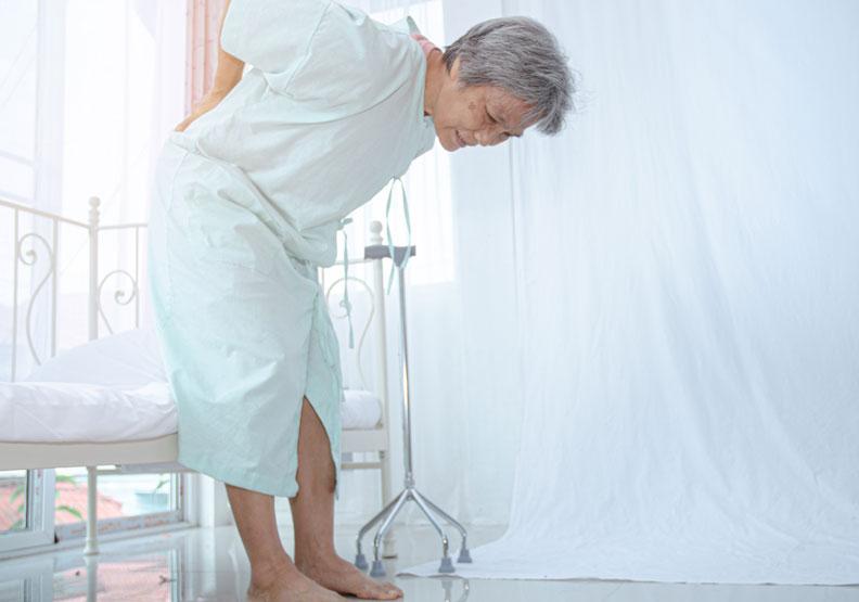 「老倒縮」身高少4公分當心是骨鬆!注意這3部位易骨折