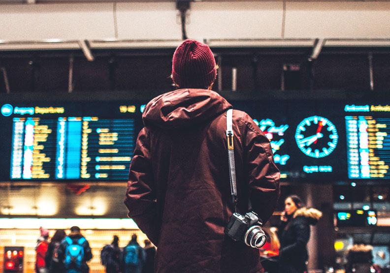出國旅遊的意義在哪裡?疫情讓我們重新思考深度慢活的意義。圖片來自Unsplash by Erik Odiin