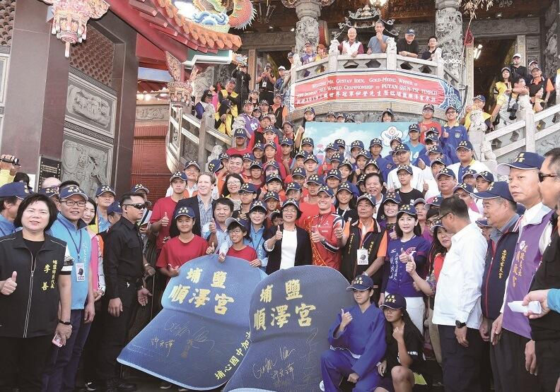 三鐵冠軍伊登去年來台第一站,就是彰化縣的埔鹽順澤宮。(圖片提供:彰化縣政府)