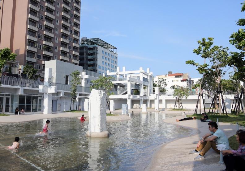 直轄市與非直轄市,公共建設差距愈拉愈大。圖為台南市今年落成的河樂廣場