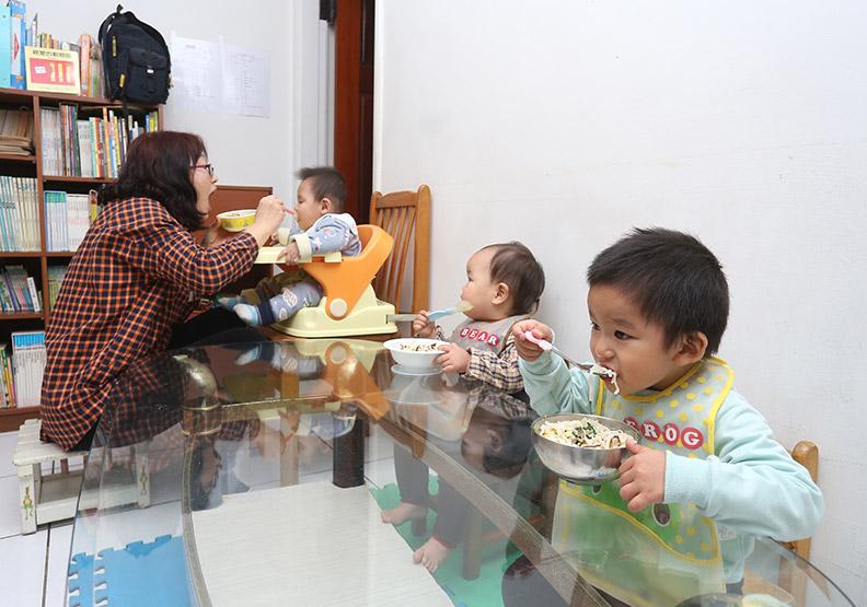 為吸引年輕家庭,台中市這幾年在托育扶助政策砸下不少資源。