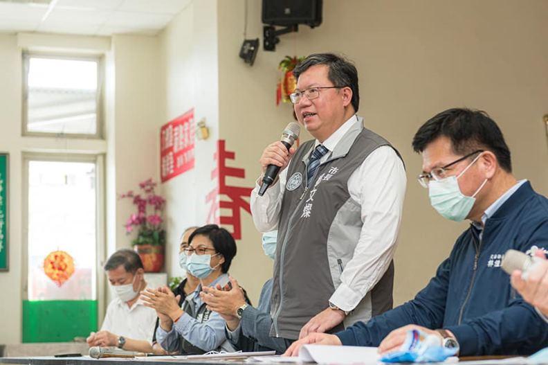 地方治理績效亮眼的鄭文燦(右二),是廣被看好的綠營政治明星。(圖片取自鄭文燦臉書)