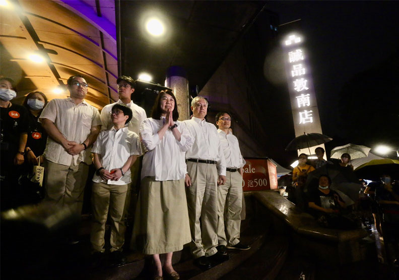 誠品董事長吳旻潔率領主管們與民眾一同倒數熄燈。