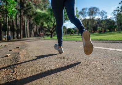 足部疼痛找不出病因,照X光才發現是「疲勞性骨折」