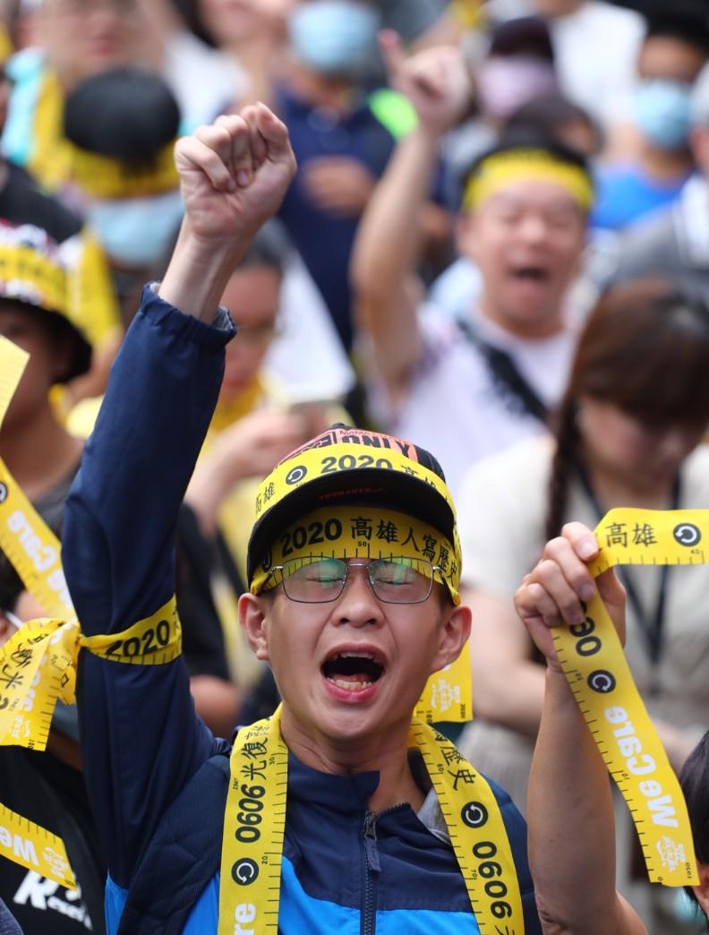罷免韓國瑜支持者,情緒激動地跟著喊口號。