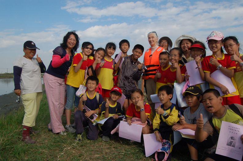 聯合國和平大使-珍古德博士與年輕學子一同走訪二仁溪。圖/長榮大學提供。