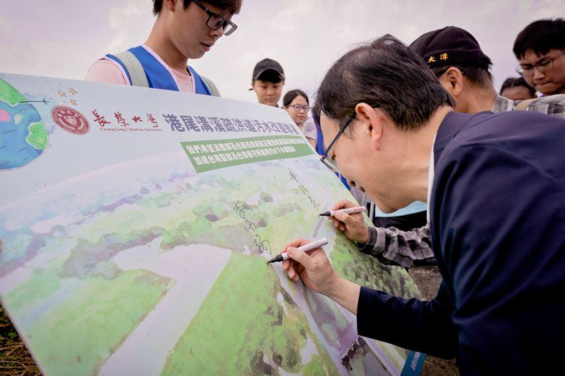 李泳龍校長參與二仁溪環境走讀活動。圖/長榮大學提供。
