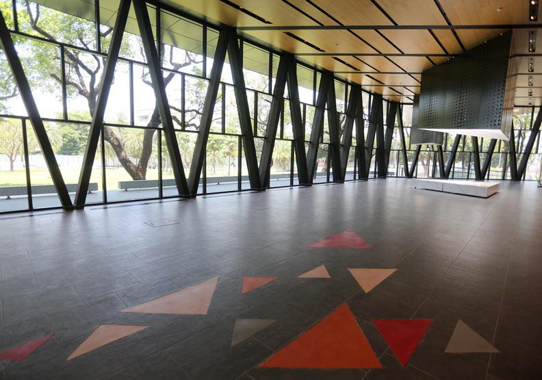 屏東縣立圖書館新造的大門,開口面向大路口。