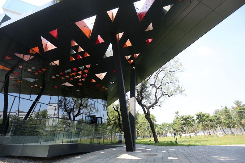 即將與縣民重新見面的屏東圖書館,有望成為國境之南的城市美學新地標。
