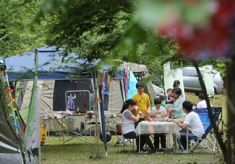 假日帶孩子露營是不錯的戶外活動;張智傑攝。