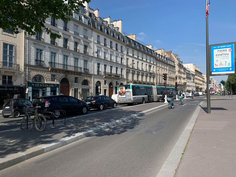 為鼓勵騎乘單車,巴黎市政府近來在許多主要道路增設自行車專用道。(攝影:趙偉婷)