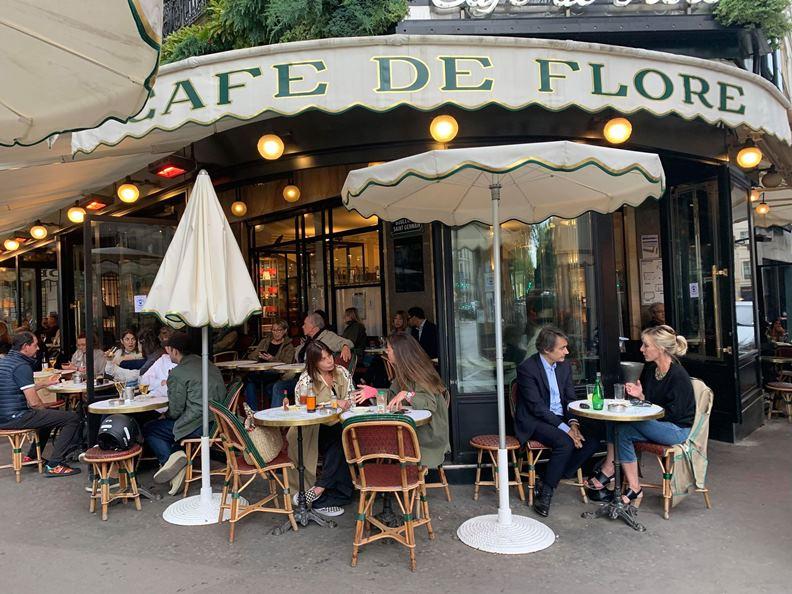 沒在露天座位區來杯咖啡、喝杯小酒,等於沒來過巴黎。圖為解封後重新開張的花神咖啡館。(攝影:趙偉婷)
