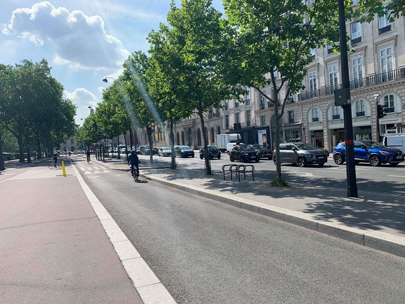 許多歐美政府都以鼓勵單車,做為城市解封後的交通防疫政策。(攝影:趙偉婷)
