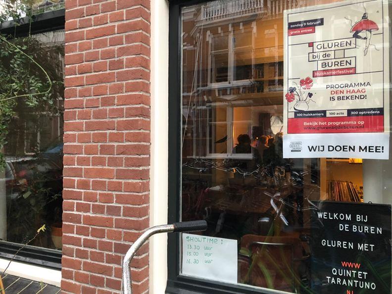 看到貼著 Guren bij de Buren海報的住家,別遲疑,大方地按電鈴走進去就對了。(圖片來源:牧牧在荷蘭。)