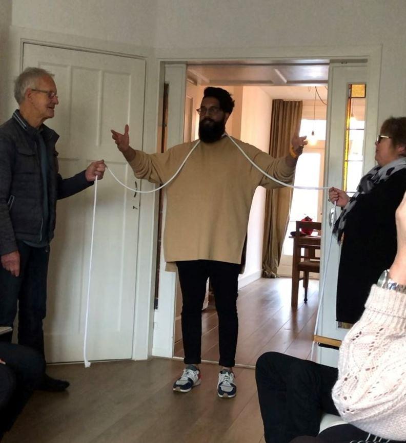 究竟這兩個人手中的線一拉,魔術師會不會身首異處呢?圖片來源:牧牧在荷蘭。