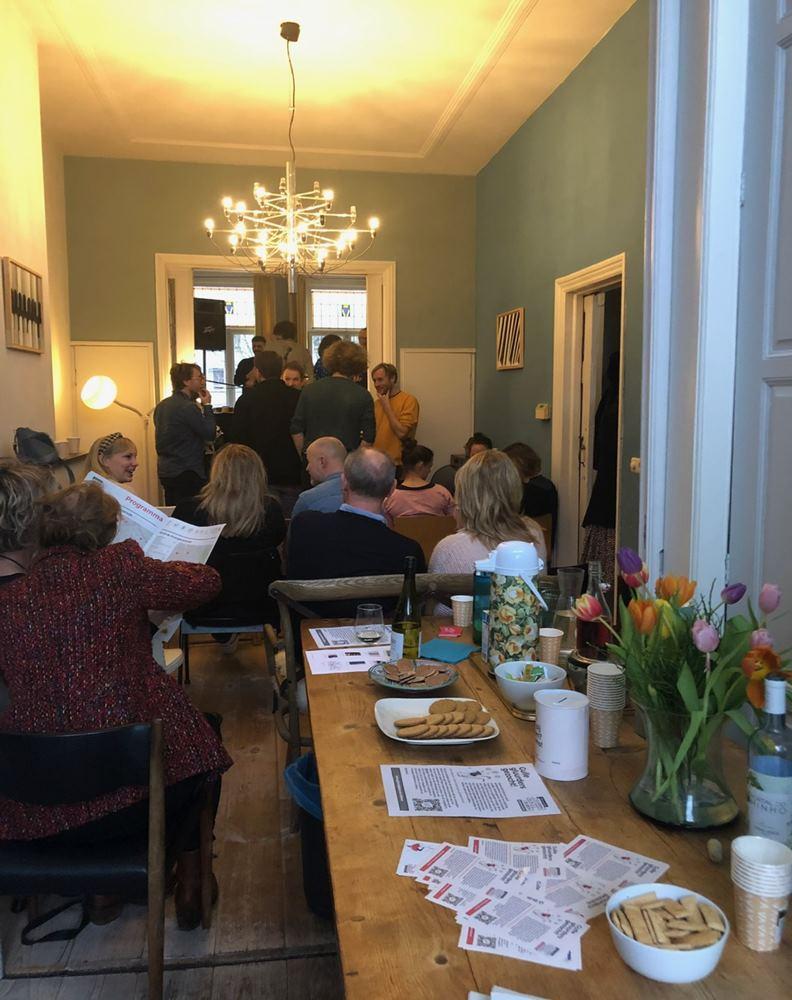 邊吃點心配茶酒,還能一邊看表演,可說是再愜意不過的周日午後。圖片來源:牧牧在荷蘭