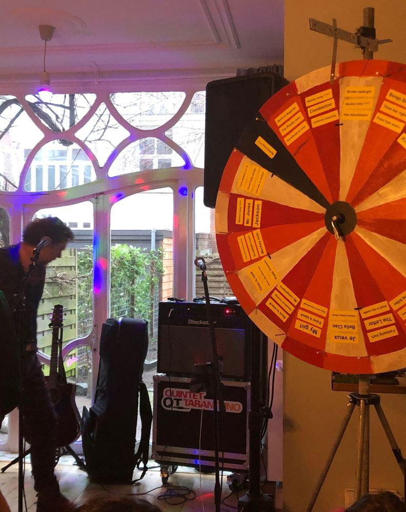 Quintet Tarantuno 為現場觀眾準備用以互動點歌的轉輪盤。圖片來源:牧牧在荷蘭。