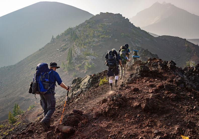 如果知道自己的位置靠近山頂,可考慮優先登頂;取自Pexels Eric Sanman。