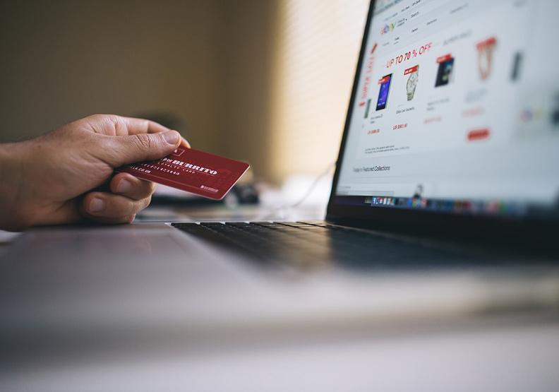 近來的防疫政策迫使許多消費者宅在家,帶動了電商購物和網路服務商機。