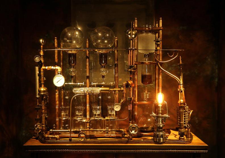 放置在金庫內的蒸氣龐克風格冰滴咖啡機,「金庫百年咖啡」成為咖啡廳的招牌。